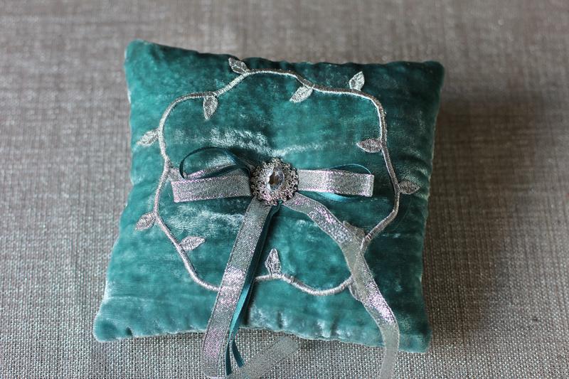 Мятная подушка для колец с серебряным декором