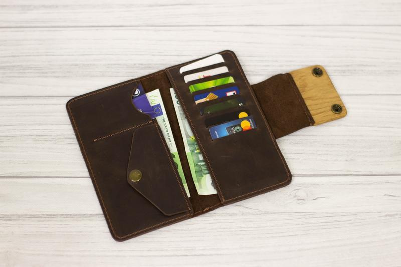 Кожаный чолоаічий кошелек с отделениями для наличных денег, карточек и монет и именной гравировкой.