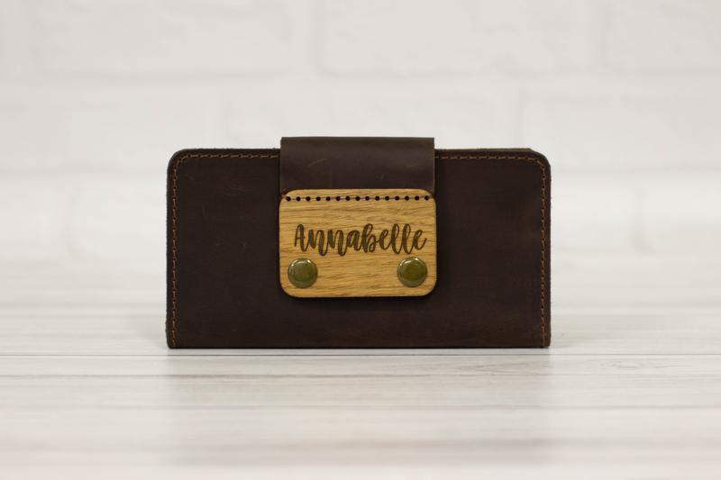 Большой мужской кожаный кошелек с именной гравировкой. Вместительное коричневое портмоне.