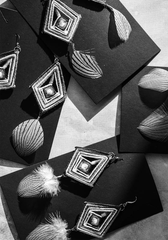 Черно-белые серьги мандалы с перьями в бохо стиле