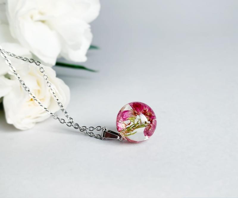 Подвеска-сфера с вереском. Кулон с вереском. Украшения из цветов. (модель № 2559) Glassy Flowers