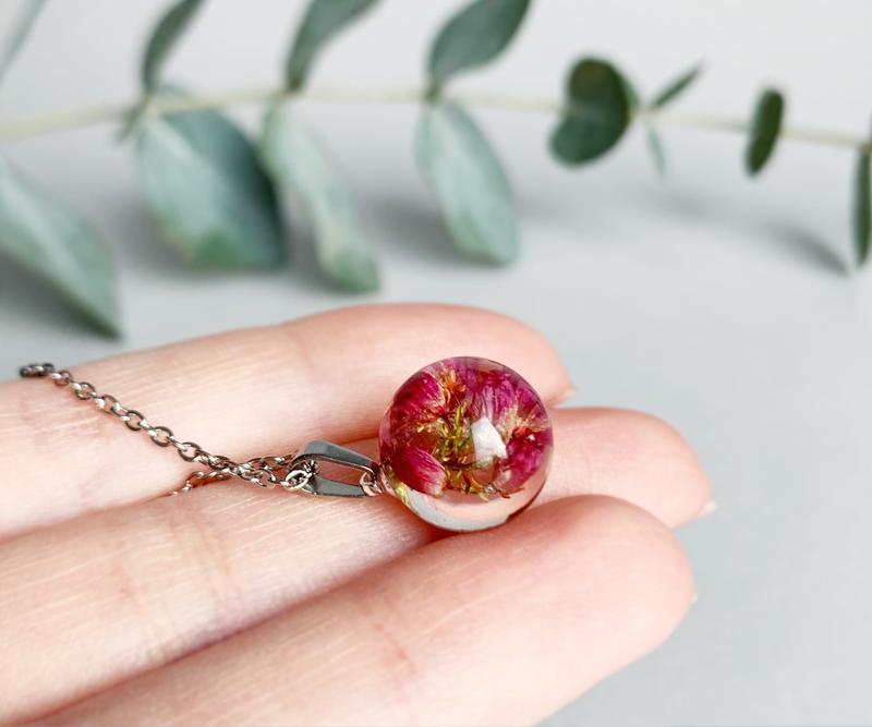 Подвеска-сфера с вереском. Кулон с вереском. Украшения из цветов. (модель № 2560) Glassy Flowers