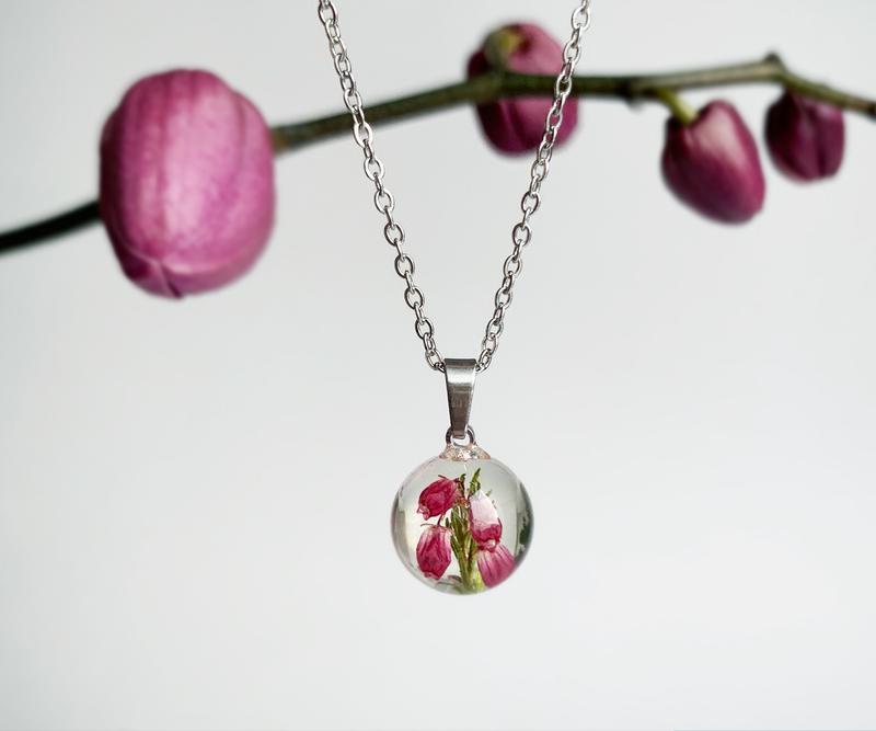 Подвеска-сфера с вереском. Кулон с вереском. Украшения из цветов. (модель № 2561) Glassy Flowers