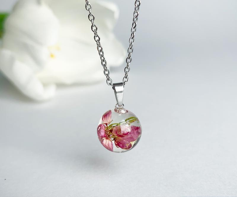 Подвеска-сфера с вереском. Кулон с вереском. Украшения из цветов. (модель № 2562) Glassy Flowers