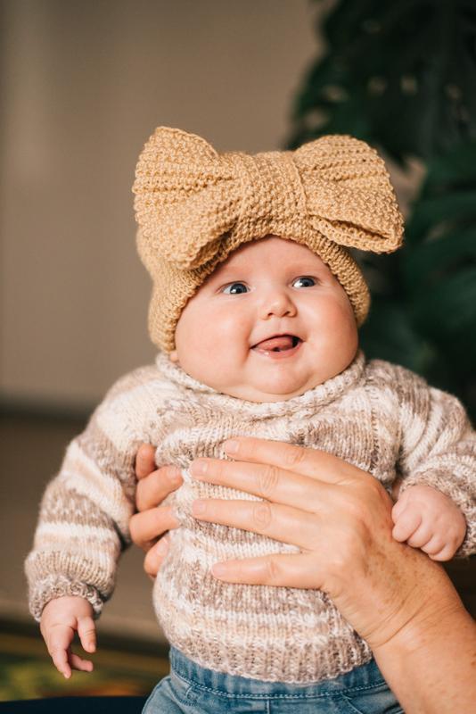 Вязаная шапка с бантом для девочки 3 - 6 месяцев