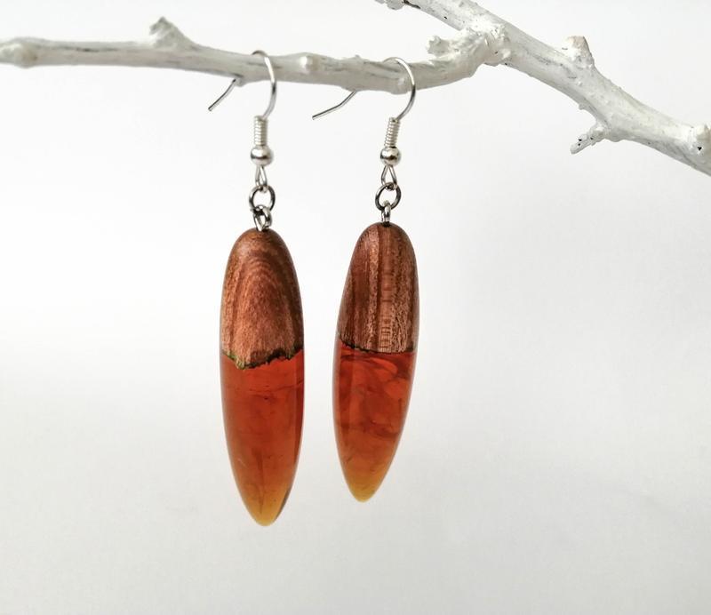 Оригинальные  длинные серьги из смолы и дерева - подарок девушке