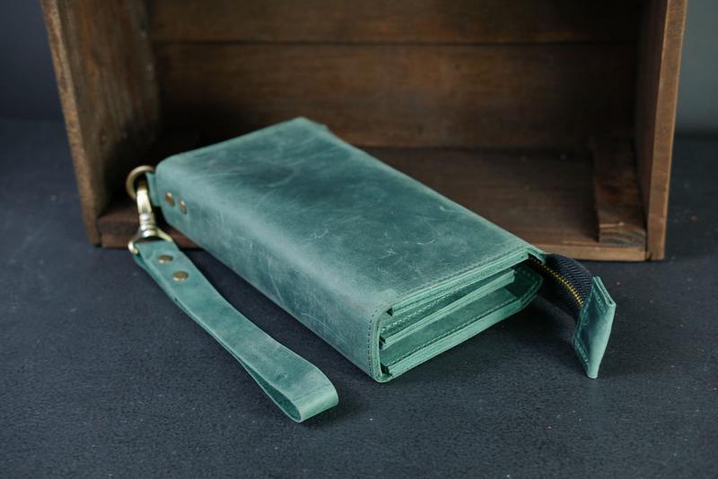 Кожаный кошелек Тревел с ремешком, кожа Crazy Horse, цвет Зеленый