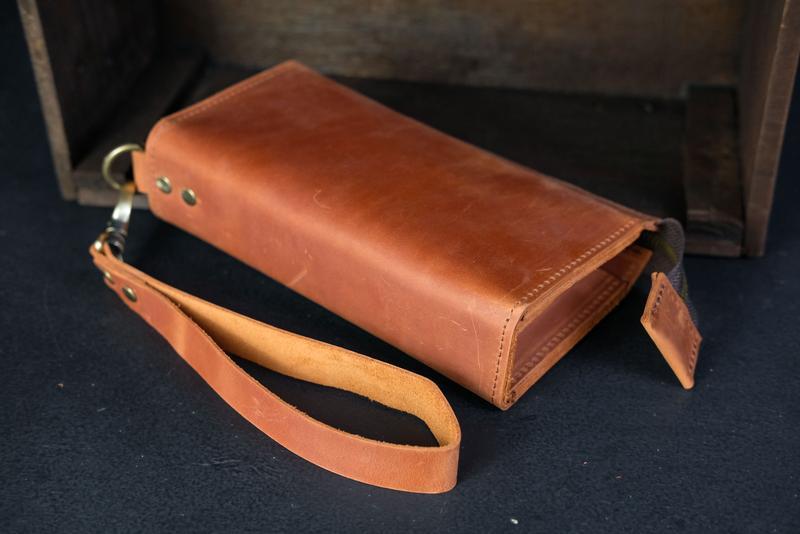 Кожаный кошелек Тревел с ремешком, кожа Crazy Horse, цвет Коньяк