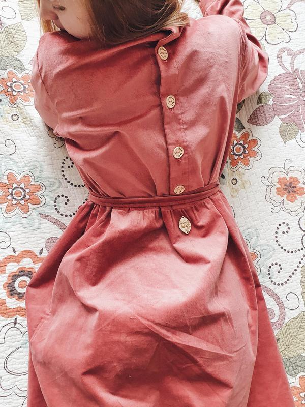 Тёплое вельветовое платье свободного силуэта