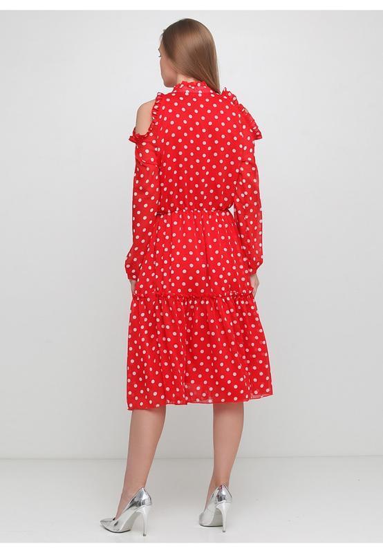 Платье в горох на красном фоне