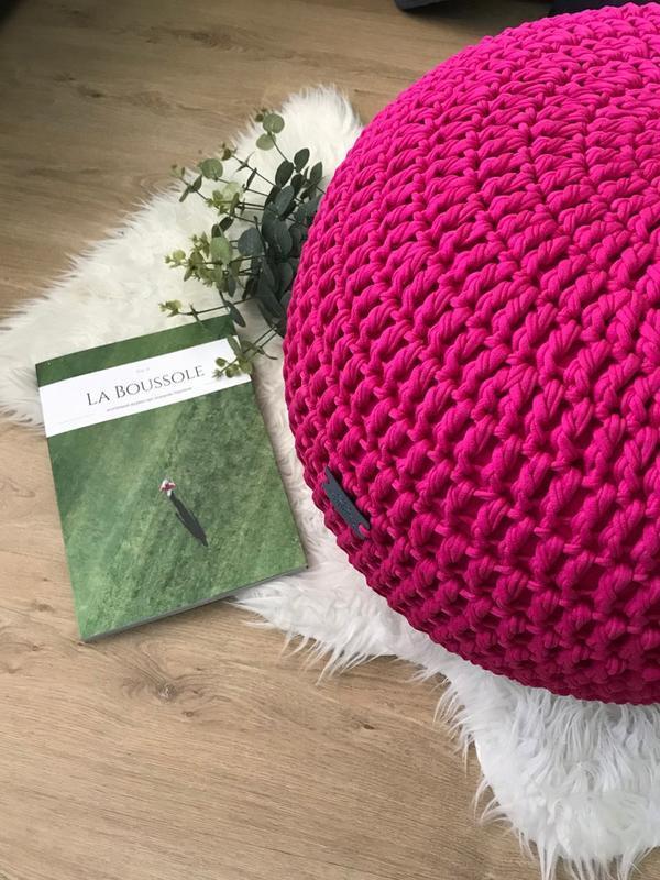 Ярко-розовый вязаный пуф