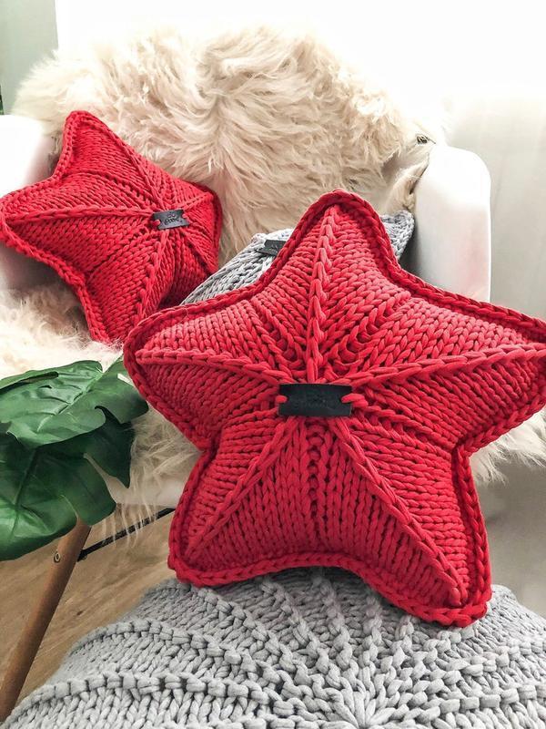 Красные и серая декоративные подушки