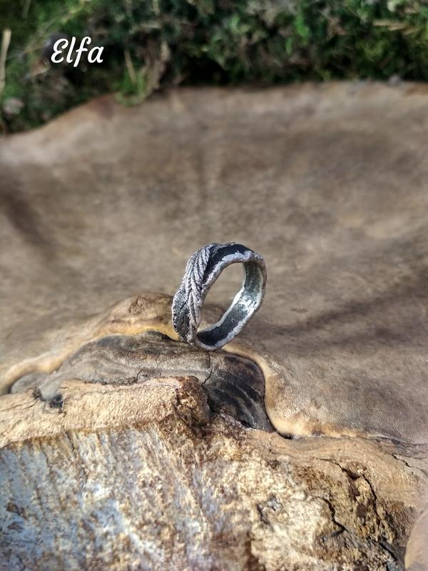 Деревянное кольцо  на дубовой основе в серебре  с натуральными листьями хмеля и дикого винограда