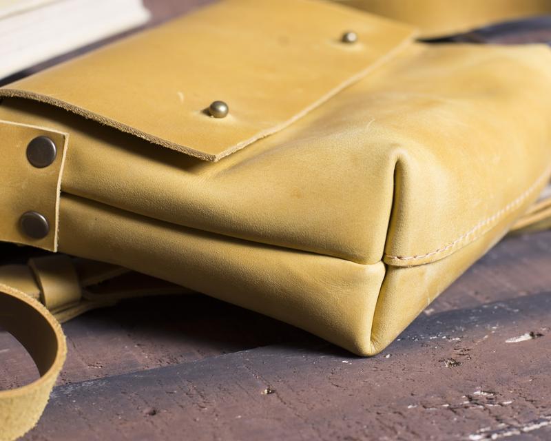 Небольшая кожаная сумка на кобурных застежках желтый