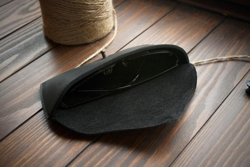 Кожаный футляр для очков с инициалами