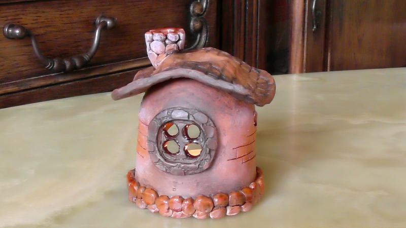 Аромалампа для эфирных масел в форме домика
