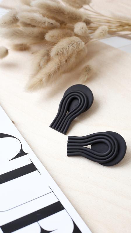 Чорные серьги - гвоздики из полимерной глины