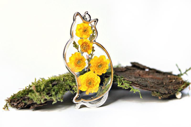 Кулон кот с цветами лютика