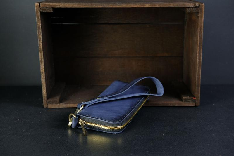 Шкіряний гаманець на круговій блискавці з ручкою, шкіра краст, колір синій