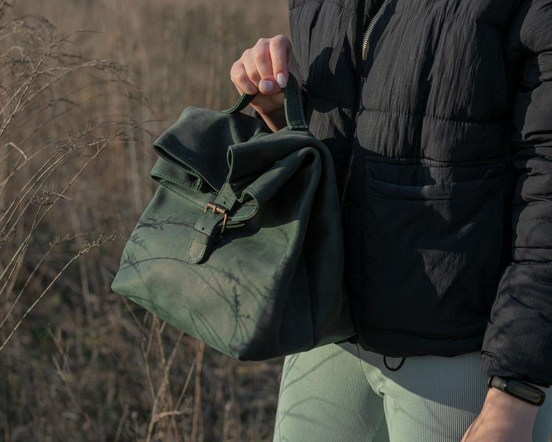 Красивый кожаный ланчбокс с ручкой сверху зеленый