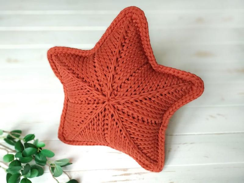 Вязаная интерьерная подушка звезда