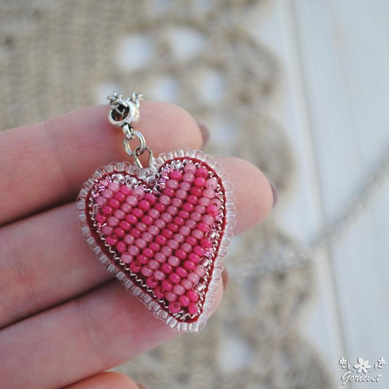 Яркий кулон сердце вышитый бисером