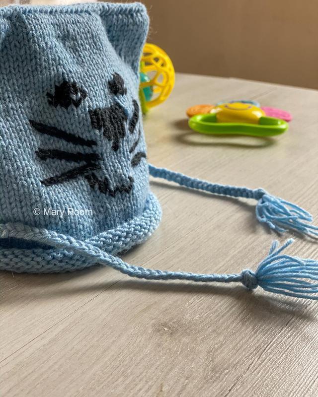 Вязаная шапка с нашивкой котик
