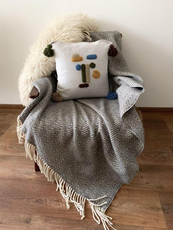 Стильная декоративная подушка