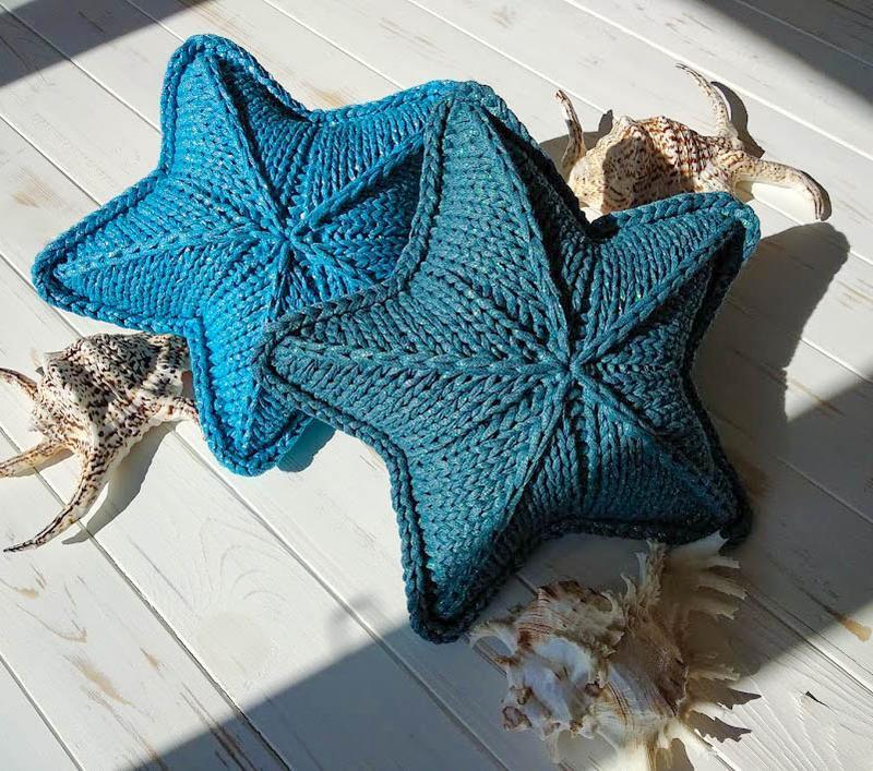Вязаная подушка звезда из блестящей пряжи