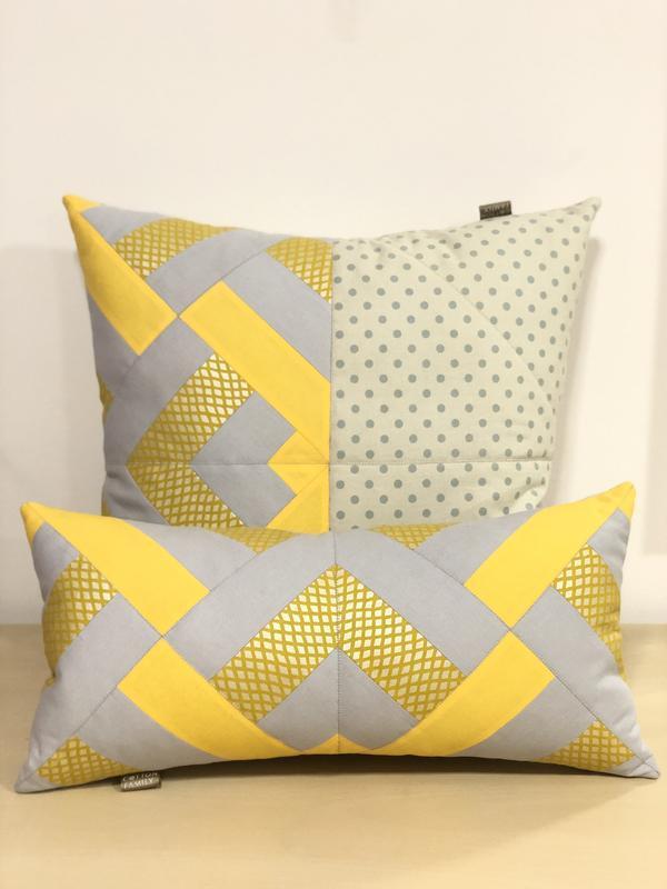 Комплект з двох декоративних інтер'єрних жовто сірих бавовняних подушок в геометричному стилі.
