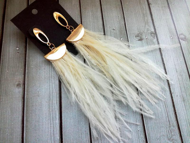 Серьги-кисточки из перьев страуса кремового цвета.
