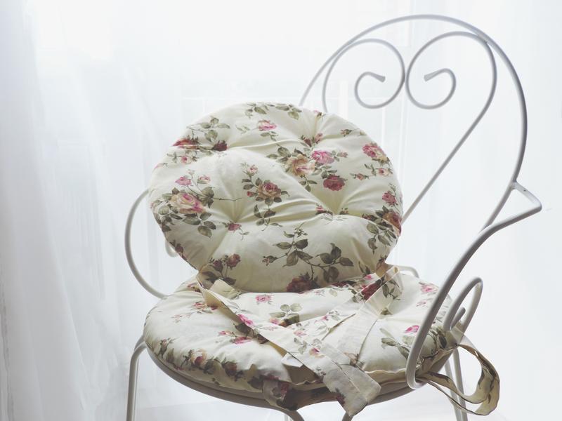 Декоративна подушка з квітковим принтом
