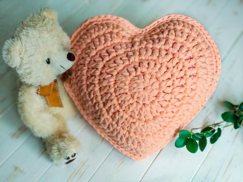 Вязаная подушка в форме сердца