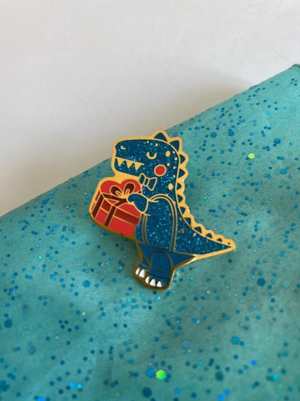 Значок с блёстками Динозавр. Маленький Дино.