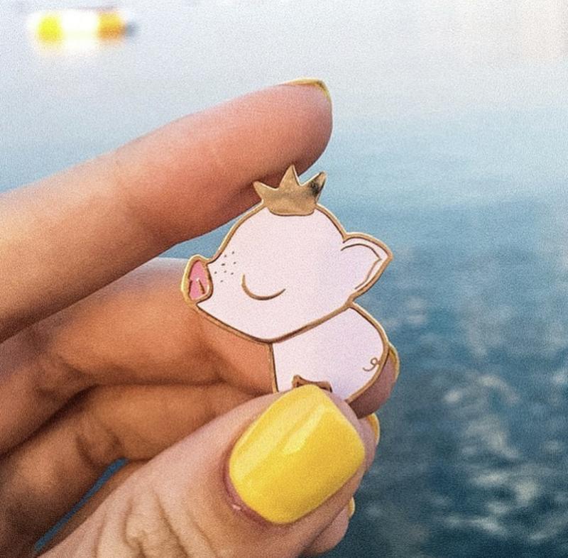 Эмалированный значок «Свинка принцесса»
