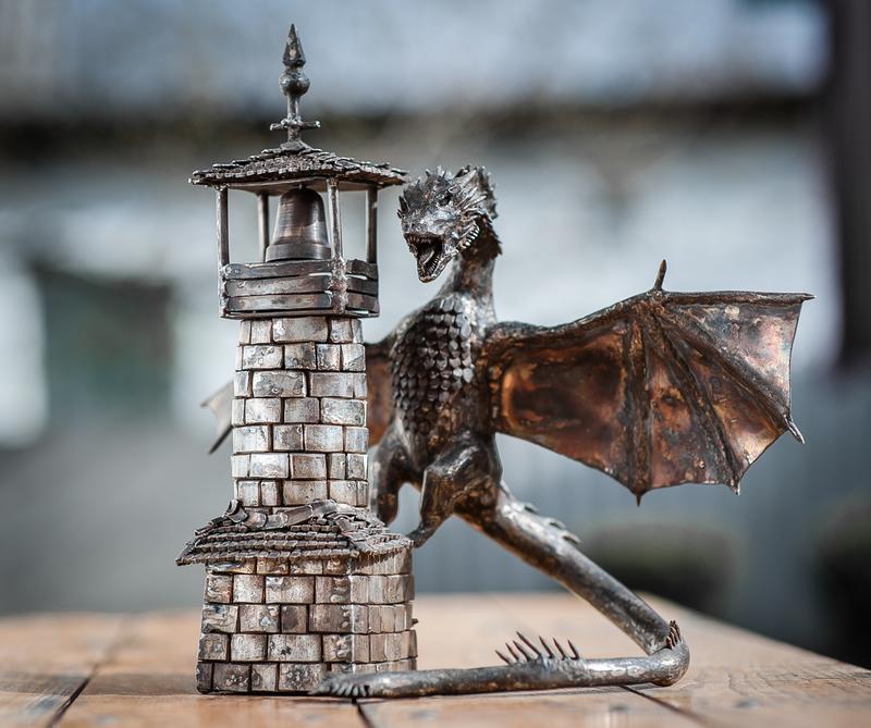 дракон на вежі з нержавіючої сталі