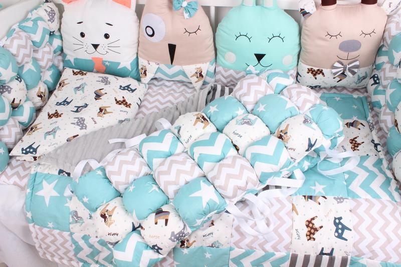 Комплект в кроватку с зверюшками и бамбонами нежно голубой