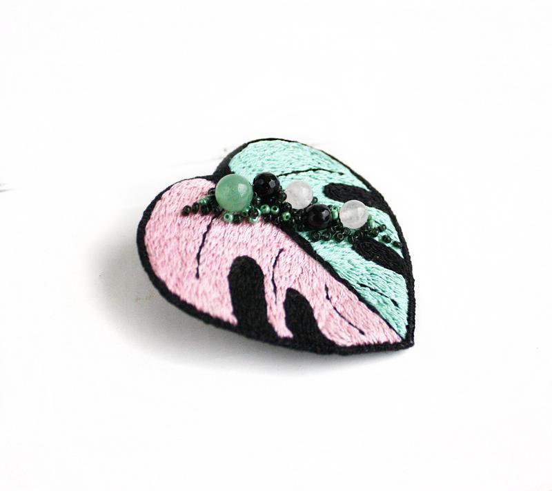 Розовая брошь монстера с камнями Мятная брошка лист монстеры Агат, нефрит, розовый кварц