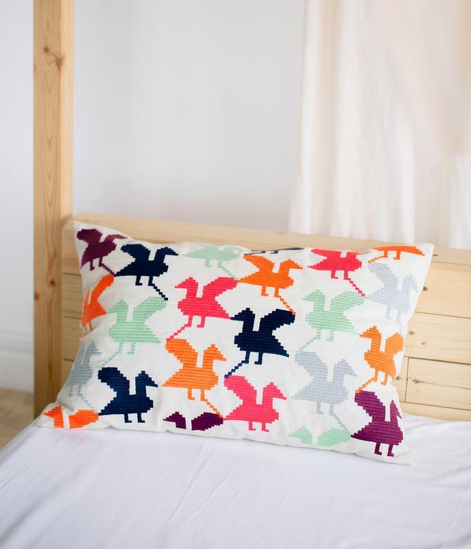 Вышитая декоративная подушка со стилизованным украинским орнаментом. 40*60 см.