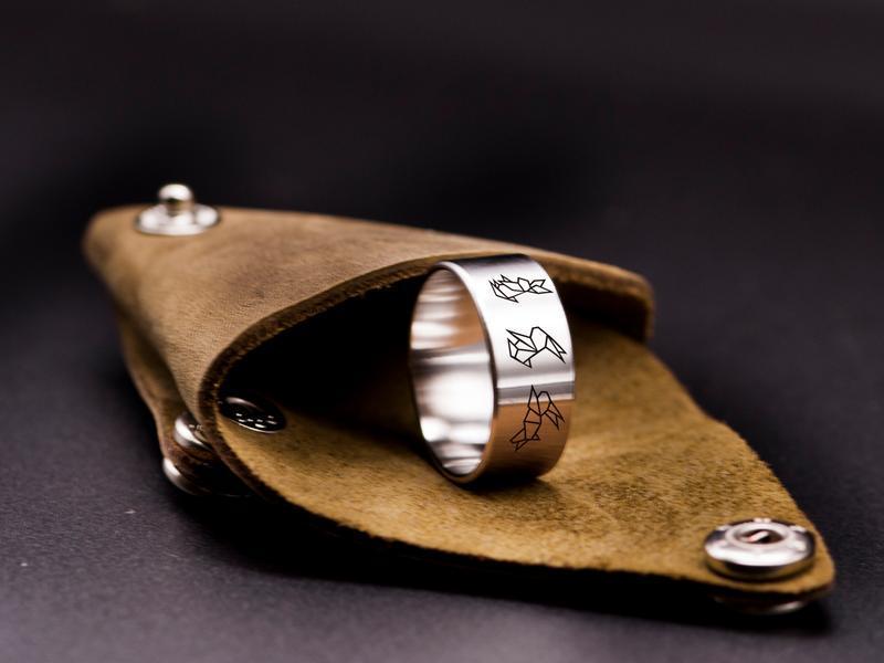 Широкое кольцо с гравировкой оригами зайки, ювелирная сталь