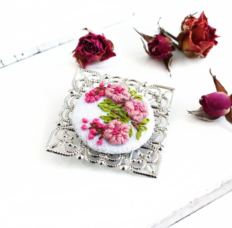 Розовая брошь с цветами Цветение сакуры Большая летняя брошь под воротник