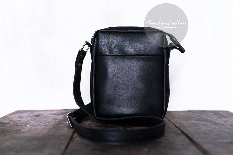 Маленькая мужская сумка через плечо черного цвета