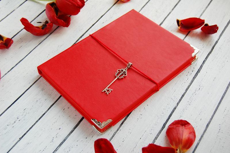 Женский блокнот с красными листами (подарок женщине)