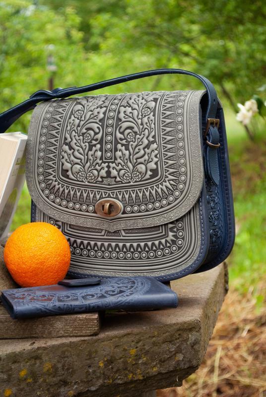 Большая кожаная сумка серая с синим с тиснением орнаментом этно бохо стиль
