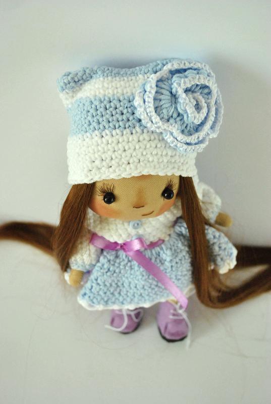 Кукла текстильная декоративная в вязаной шапочке с розой