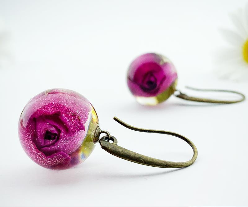 Длинные серьги с малиновыми розами Цветы и растения в смоле (модель № 2592) Glassy Flowers