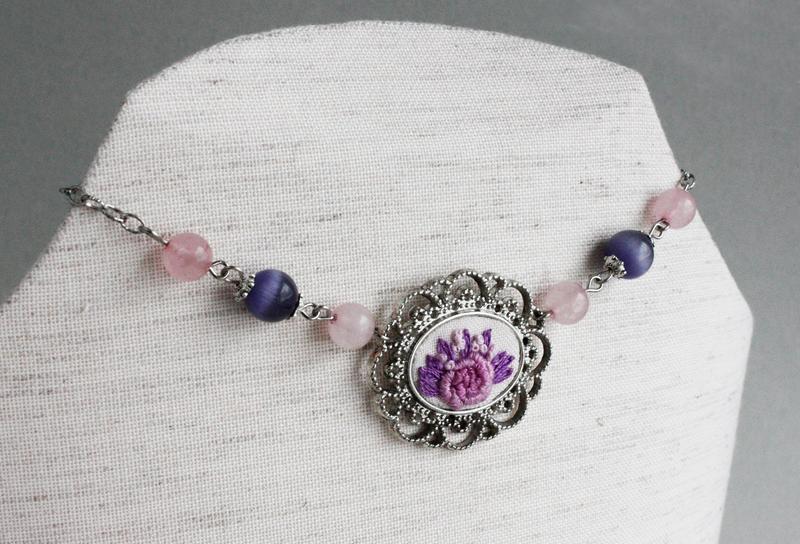 Нежное розовое колье чокер с розовым кварцем Короткое ожерелье с цветами