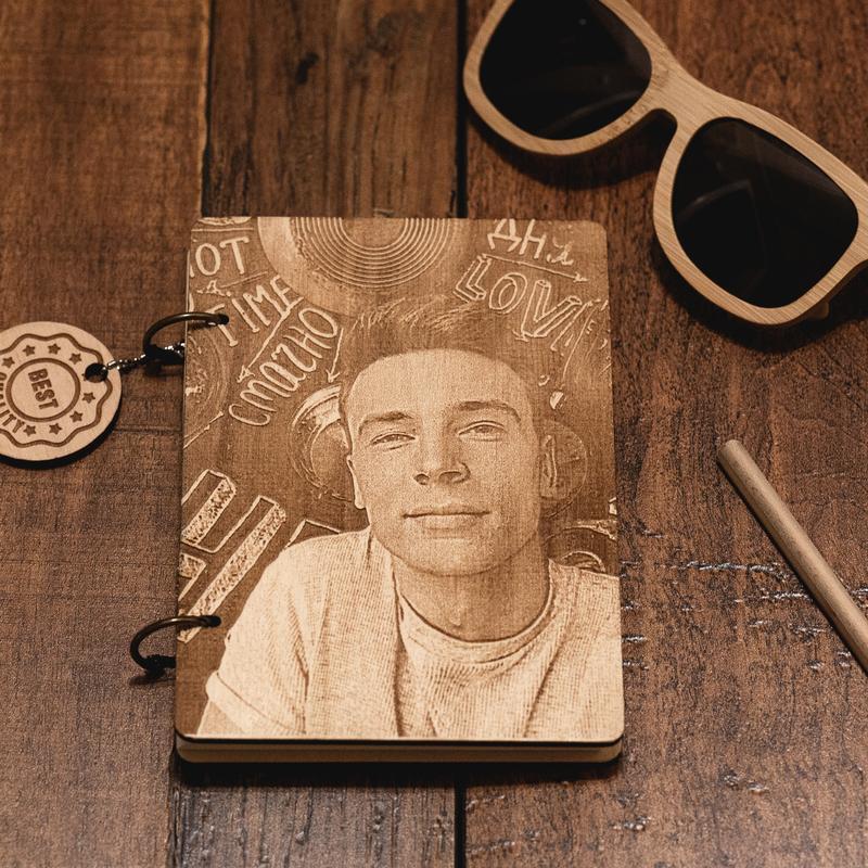Подарочный деревянный блокнот-ежедневник с гравировкой фотографии на обложке.