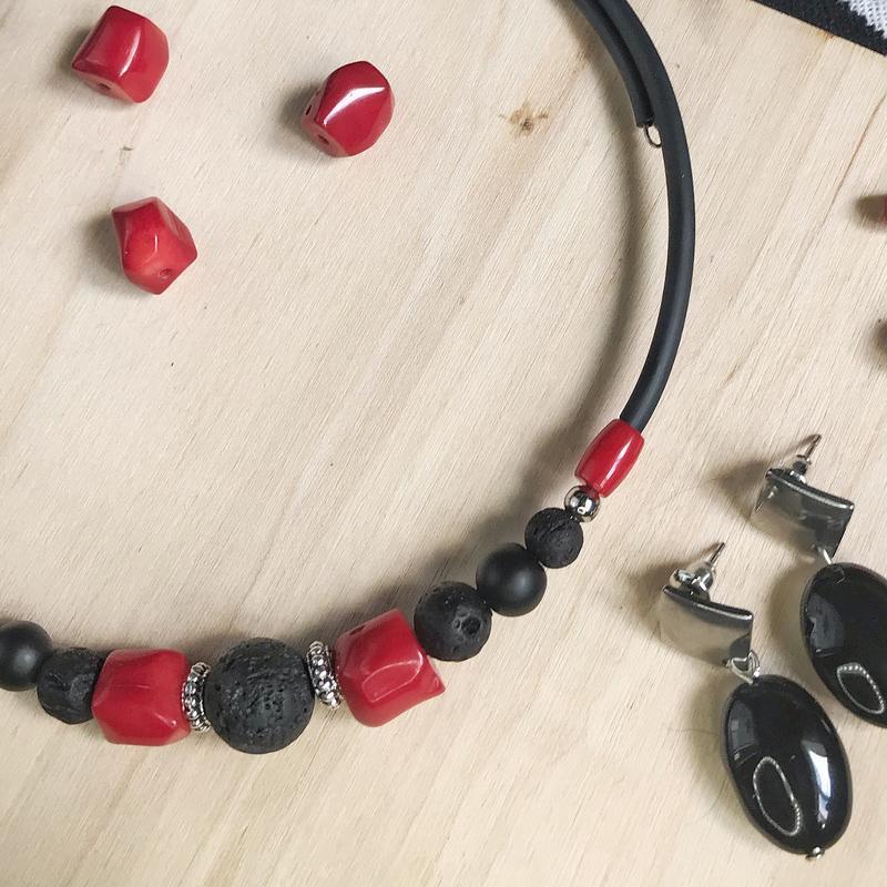 Колье-чокер каучук : коралл,лава,шунгит