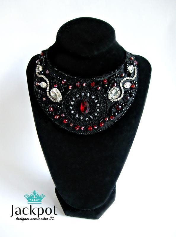 Стильное черное колье с кристаллами